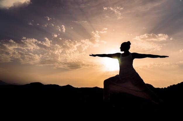 Coucher de soleil, yoga et ombres