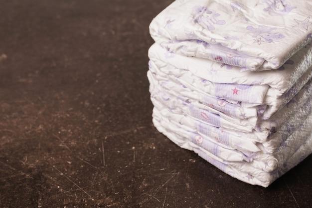 Couches bébé sur fond de marbre foncé. hygiène. prendre soin des enfants