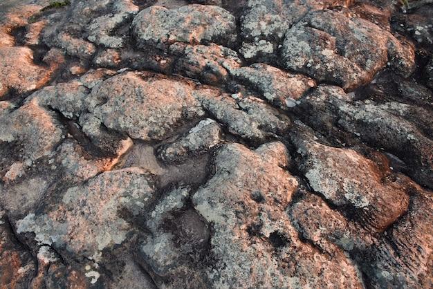 Des couches de grès, de conglomérats et de calcaires représentent les dépôts sédimentaires; les roches volcaniques de chapada diamantina au brésil, sont le produit des activités de ces agents au fil du temps