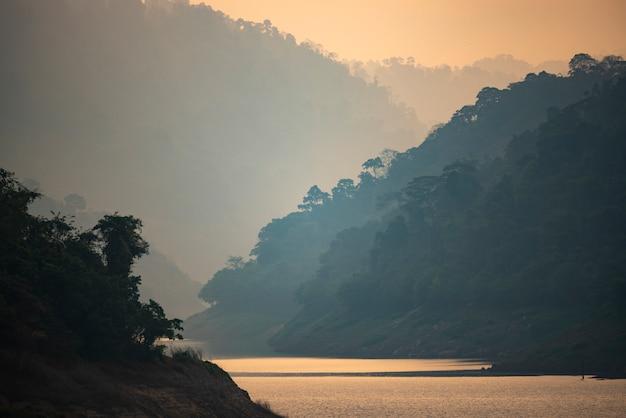 Couches de montagne avec lac, forêt tropicale
