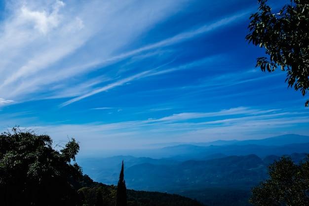 Les couches de montagne paysage vue avec bleu ciel