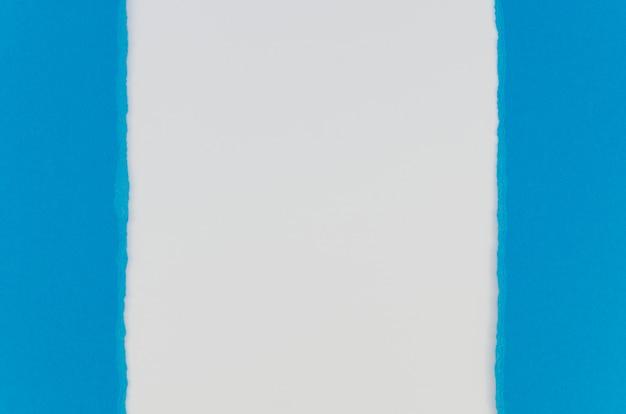 Couches de papier blanc et bleu