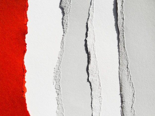 Couches de papier déchirées en bandes verticales