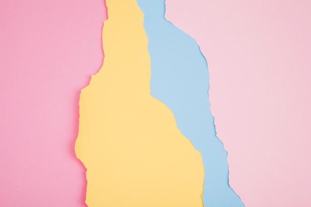 Couches de papiers déchirés colorés