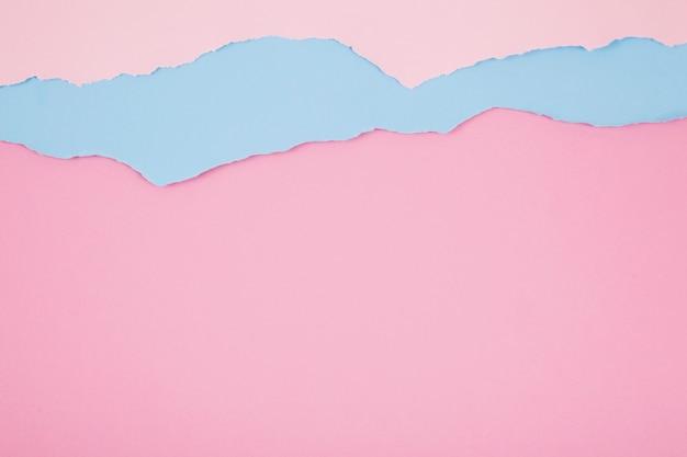 Couches de papiers roses et bleus
