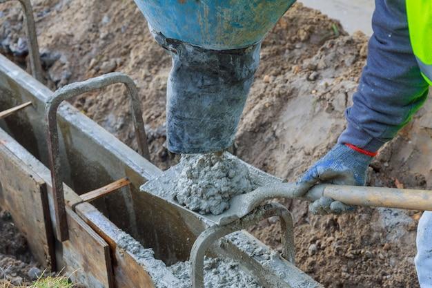 Coulage du ciment lors de la modernisation d'une rue résidentielle