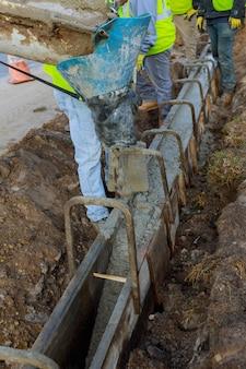 Coulage du ciment pendant la construction du camion malaxeur à béton voiture. focus sélectif.