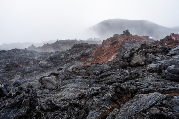 La coulée de lave active d'un nouveau cratère sur les pentes des volcans tolbachik - kamchatka, russie