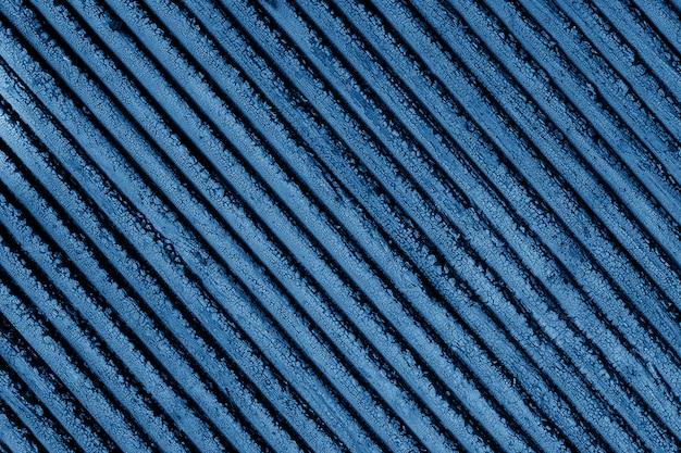 Couleur 2020 bleu classique. texture de peinture craquelée bleue sur une planche de bois. texture en bois grunge avec rayures diagonales