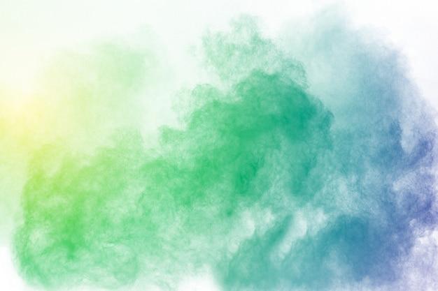 Couleur abstraite fumée sur fond blanc. résumé couleur nuages de fumée.