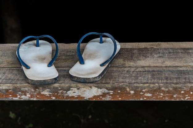Couleur bleue sandale ou tong sur l'escalier en bois