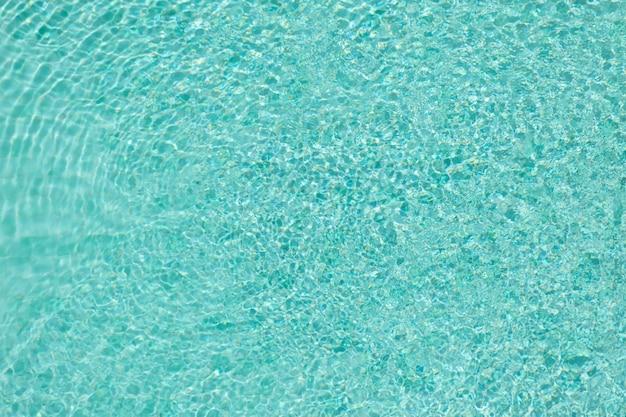 Couleur bleue de la vague et reflet dans la piscine