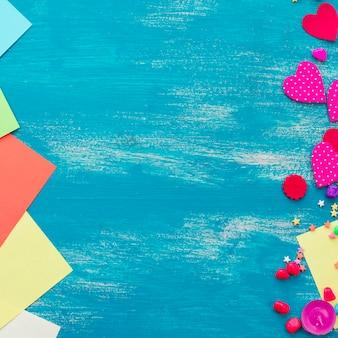 Couleur de bonbons de coeur de fond de confettis festifs saturés.