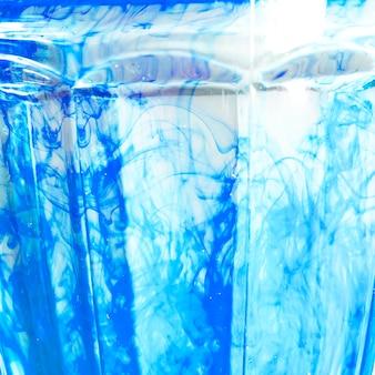 Couleur dissoute dans l'eau avec un fond blanc