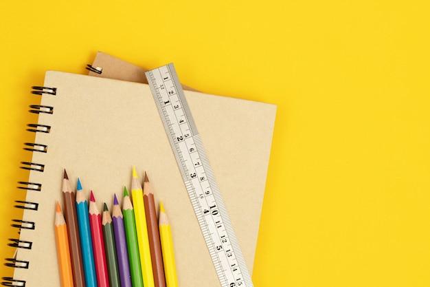 Couleur du bois placée sur un cahier et fond jaune