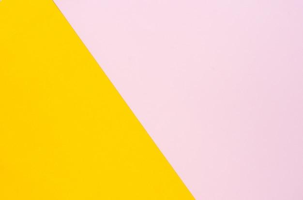 La couleur du fond de papier est jaune et rose doux