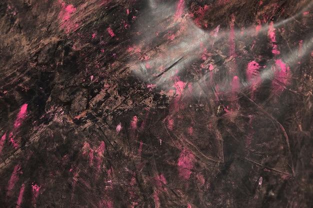 Couleur holi rose sur le fond en bois texturé noir