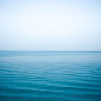 Couleur indigo mer et vague douce