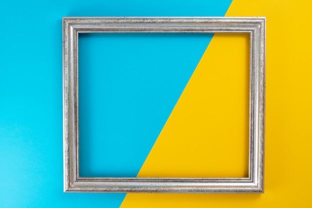 De couleur jaune avec un bleu sur lequel se trouve un cadre photo