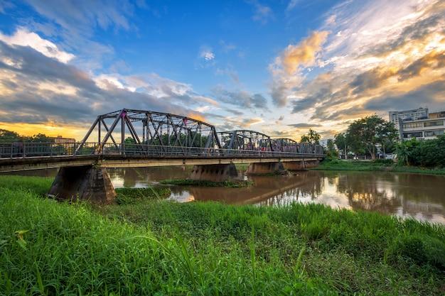 La couleur des lumières sur le pont de fer à l'heure du coucher du soleil à chiang mai, en thaïlande.