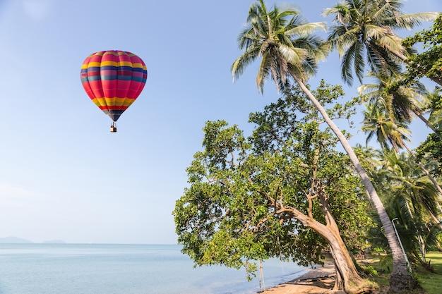 Couleur montgolfière sur la mer dans le ciel bleu