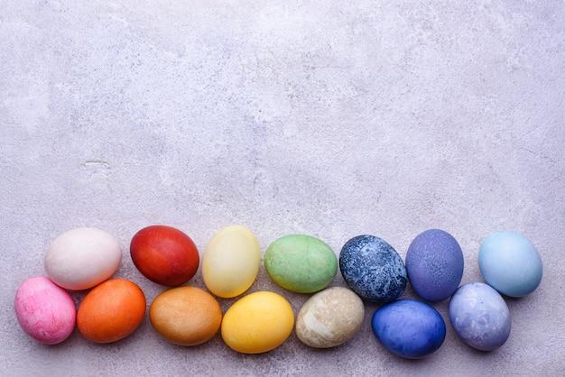 Couleur des oeufs de pâques peints avec un colorant organique naturel