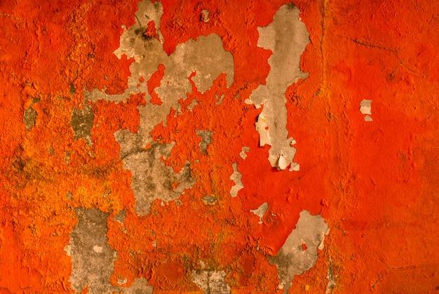 La couleur orange peinte sur le mur de béton sont en train de peler.