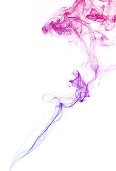 Couleur pastel flottant de fumée dans l'air sur fond blanc