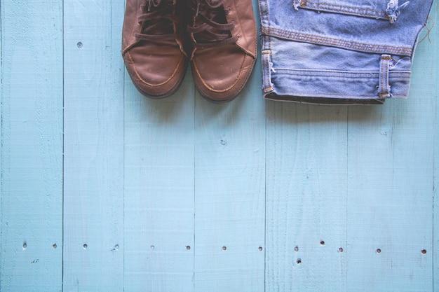 Couleur pastel, style vintage, chaussures, jeans sur fond de bois