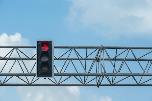 La couleur rouge tourne à gauche au feu avec un fond de ciel bleu