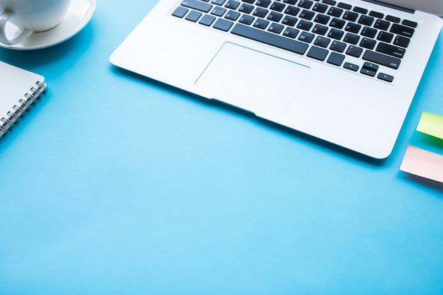 Couleur de la table de travail avec concept d'entreprise espace copie