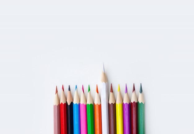 Couleur de la variété de crayons de couleur isolé sur fond blanc
