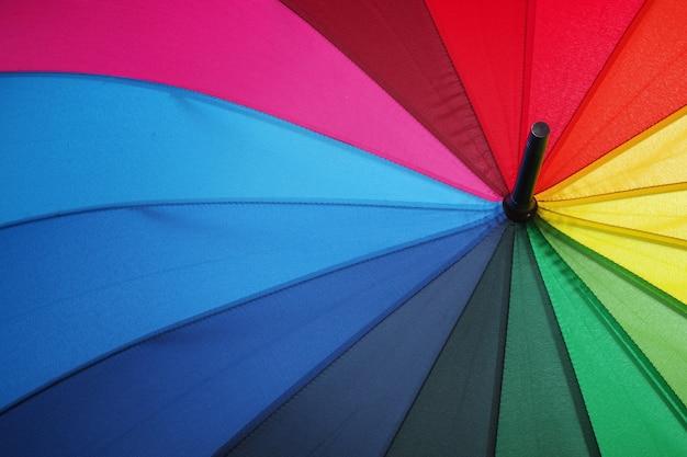 Couleurs de l'arc en ciel. gros plan parapluie multicolore. parapluie arc en ciel