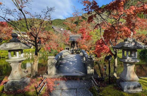 Couleurs d'automne à eikando ou au temple zenrin-ji à kyoto, japon