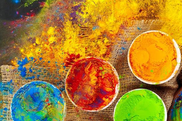 Couleurs du festival holi indien dans des bols noirs