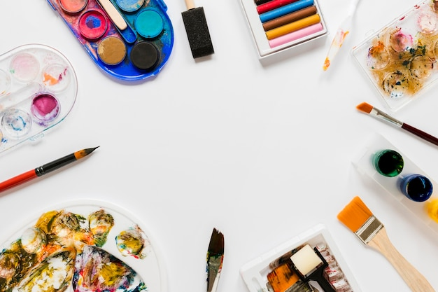 Couleurs et outils pour cadre d'artiste