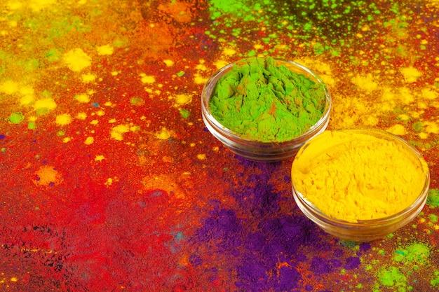 Couleurs en poudre bio dans un bol pour le festival holi