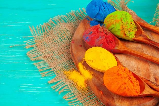 Couleurs vibrantes de poudre de holi disposées dans des cuillères