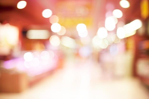Couloir avec des boutiques floues et vitrines