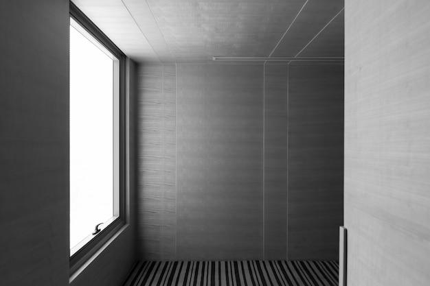 Couloir de bureau avec grand mur blanc