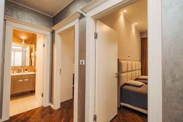 Couloir dans l'appartement. la porte d'entrée de la chambre.
