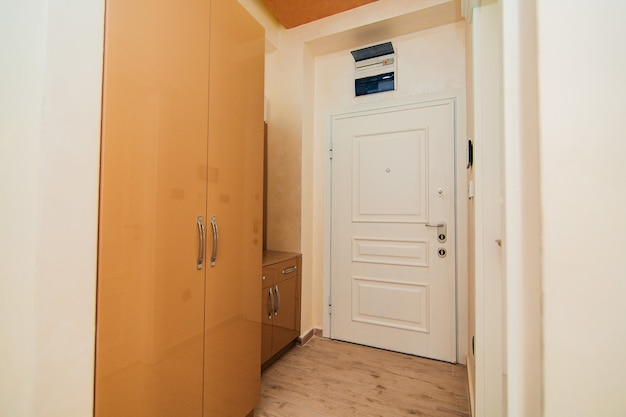 Couloir dans l'appartement la porte d'entrée de la chambre