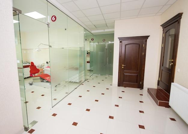 Couloir dans une clinique dentaire moderne