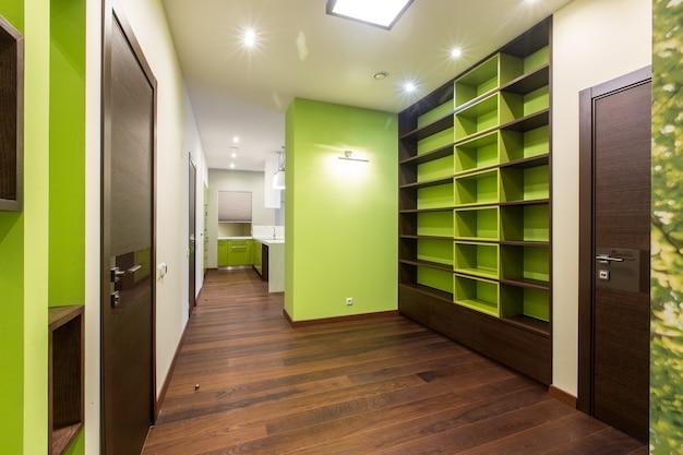 Couloir design dans les tons vert foncé
