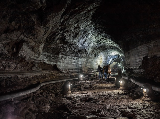 Le couloir à l'intérieur de la grotte de manjanggul avec des lumières pour regarder le flux de coulées de lave. sur l'île de jeju, corée du sud.
