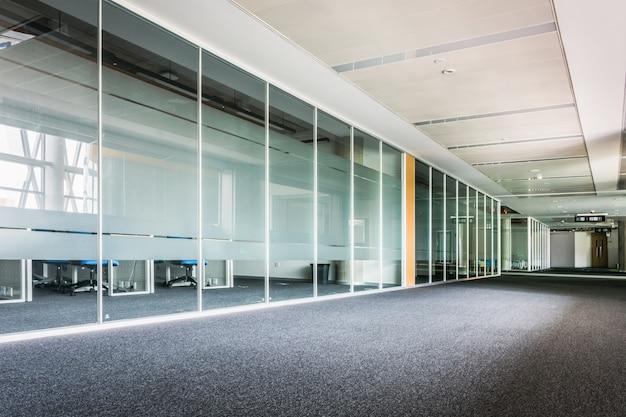 Couloir de verre dans le centre de bureau