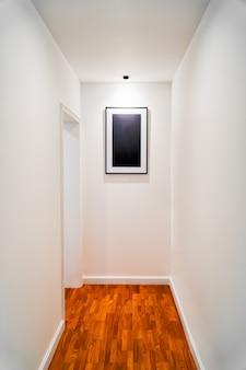 Couloir vide de bureau moderne