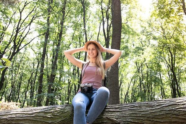 Coup bas, vue, de, a, femme, dans, forêt
