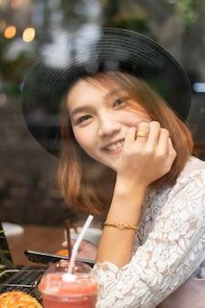 Un coup d'une belle femme asiatique dans un café