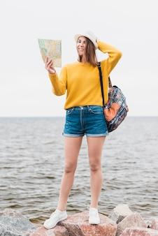 Coup complet de femme à la plage
